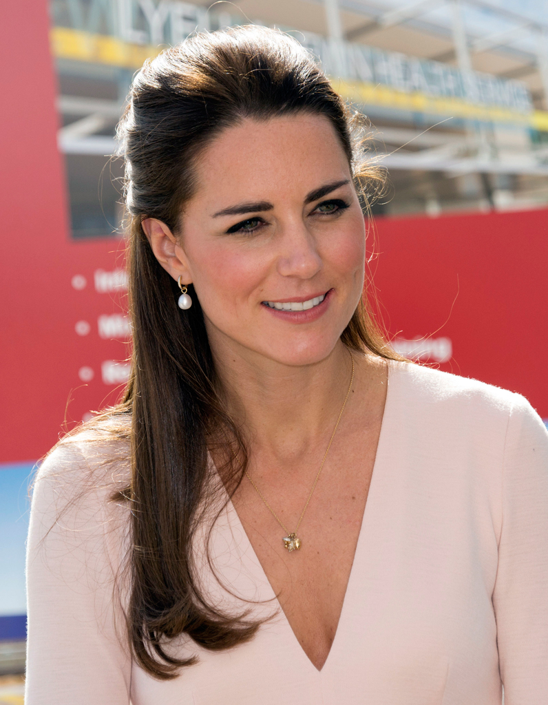 Coiffure kate middleton chapeau for Coupe cheveux kate middleton