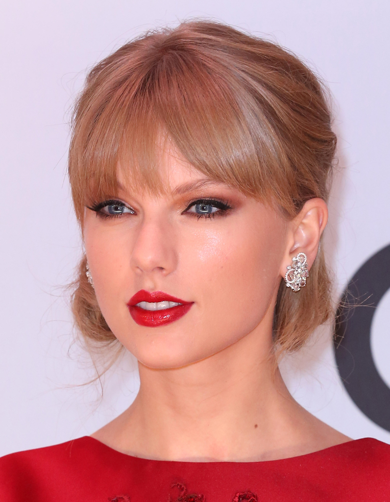 le gros trait d 39 eye liner taylor swift les 30 trucs beaut lui piquer elle. Black Bedroom Furniture Sets. Home Design Ideas