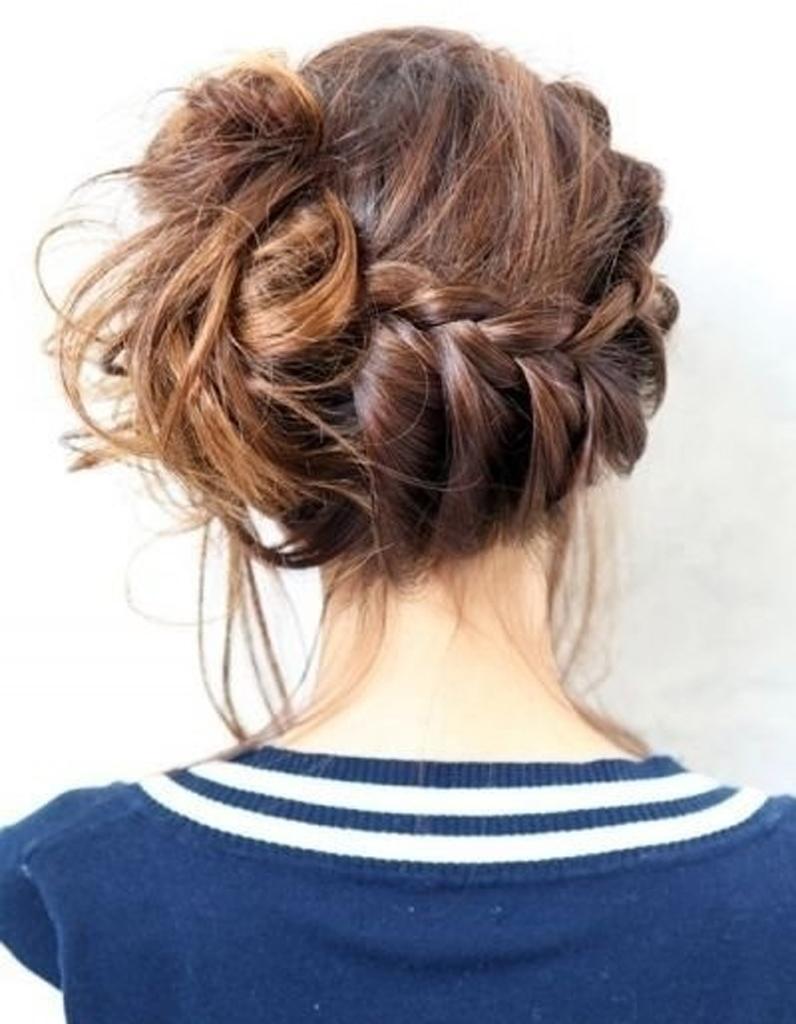 Connu Le messy bun tressé - 20 coiffures à faire entre deux shampoings  GF71