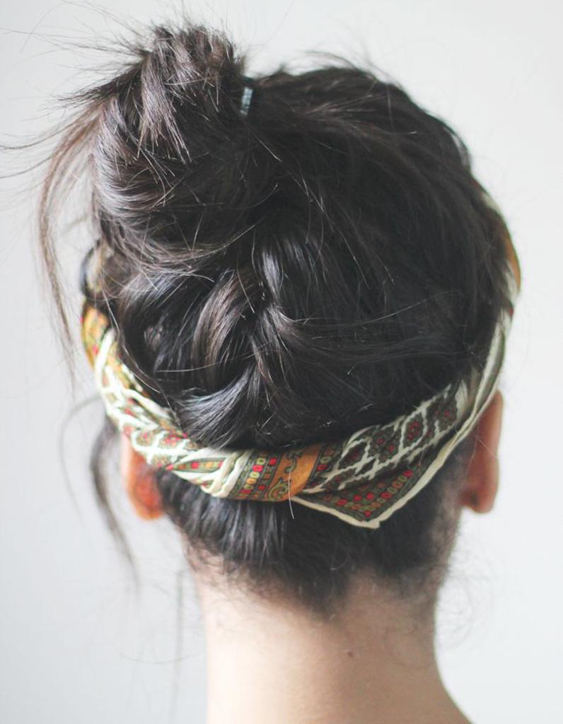 Le petit bun tressu00e9 et accessoirisu00e9 - 20 coiffures u00e0 faire entre deux shampoings - Elle