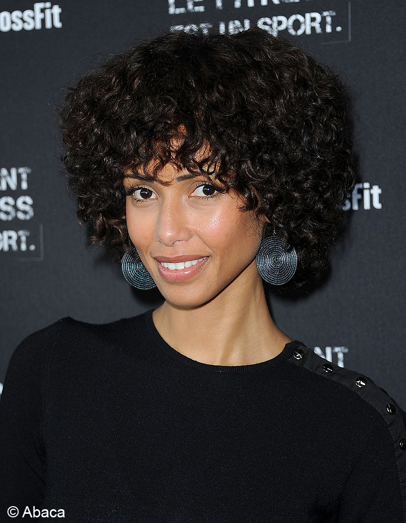 la coupe afro de sonia rolland ces stars qui ont opt pour les cheveux courts elle. Black Bedroom Furniture Sets. Home Design Ideas