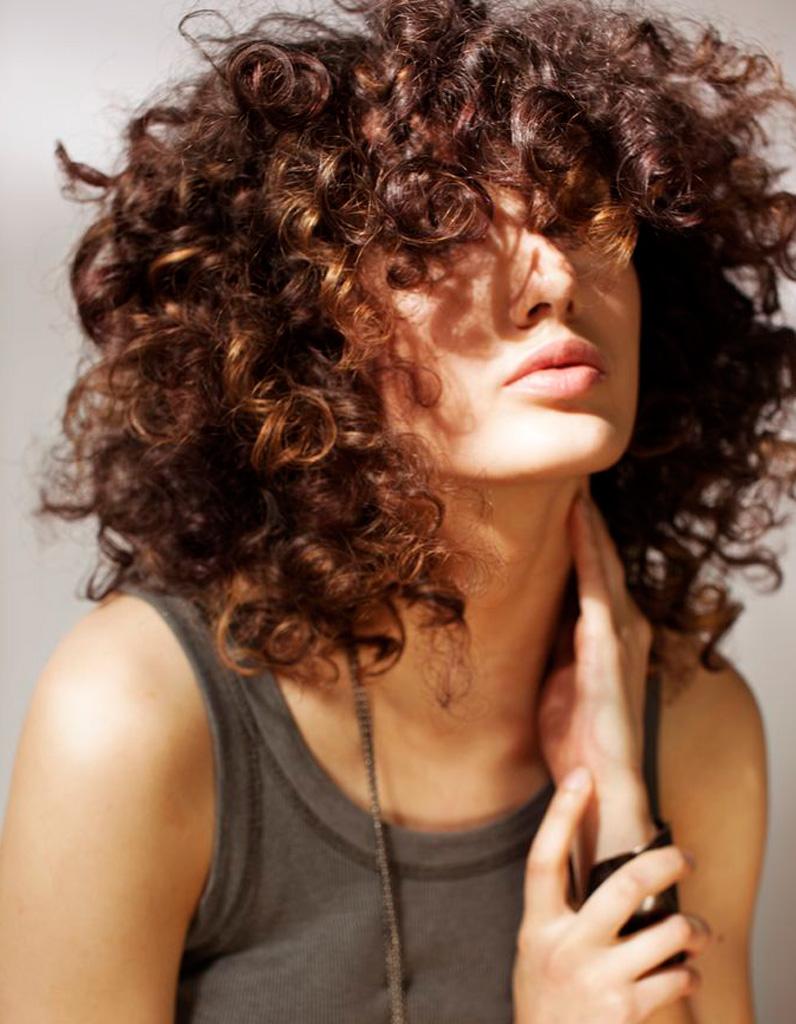 Coiffure cheveux frisés et épais , Cheveux frisés  nos plus jolies idées  pour les coiffer , Elle