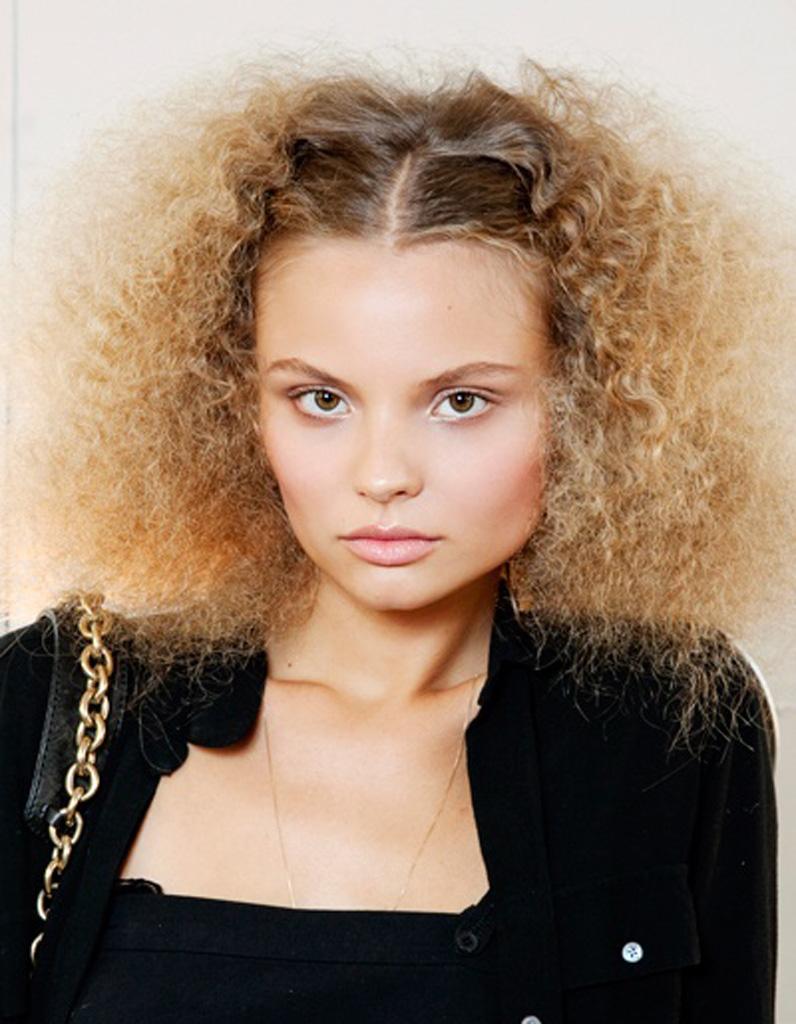 Coiffure cheveux frisés fins , Cheveux frisés  nos plus jolies idées pour  les coiffer , Elle