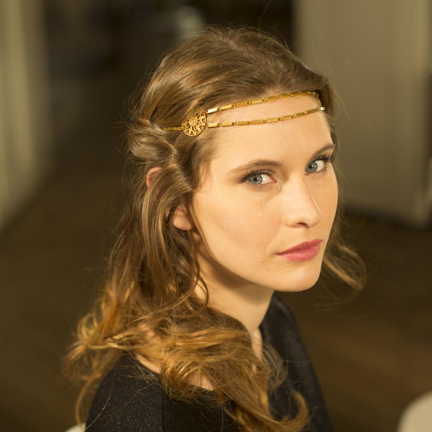 comment faire une jolie coiffure avec un headband elle. Black Bedroom Furniture Sets. Home Design Ideas