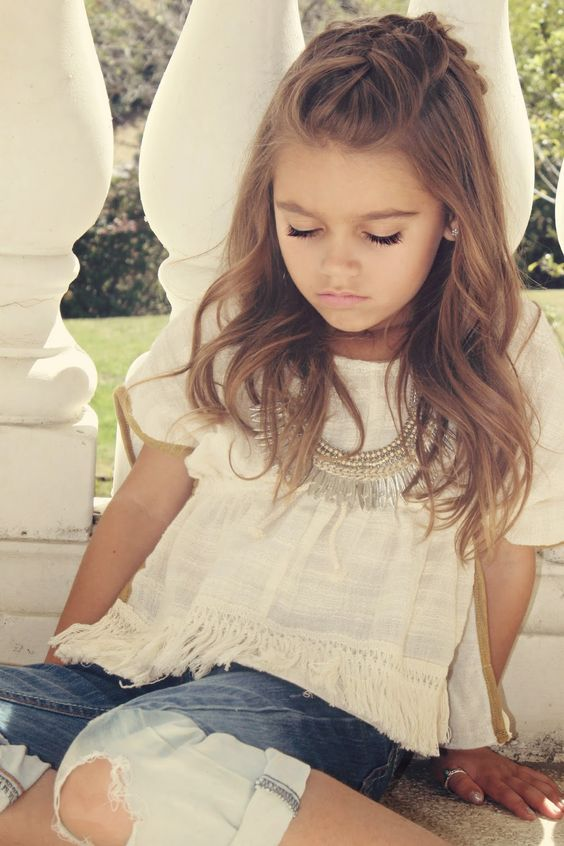 coiffure petite fille cheveux longs 40 coiffures de petite fille qui changent des couettes elle. Black Bedroom Furniture Sets. Home Design Ideas