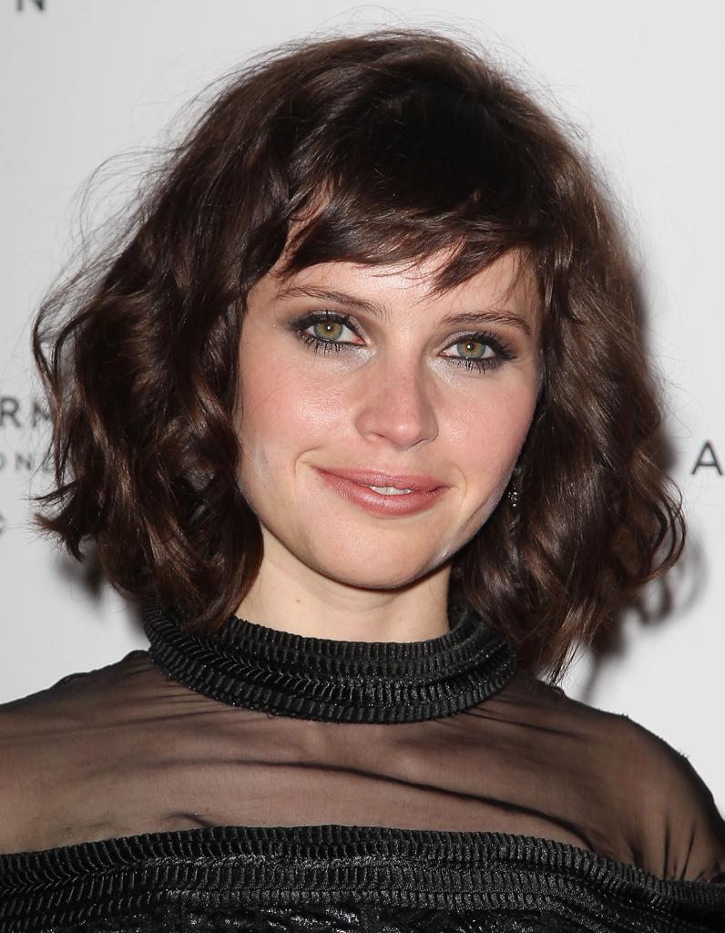le carr flou de felicity jones le carr flou nouvelle coupe pr f r e des stars elle. Black Bedroom Furniture Sets. Home Design Ideas