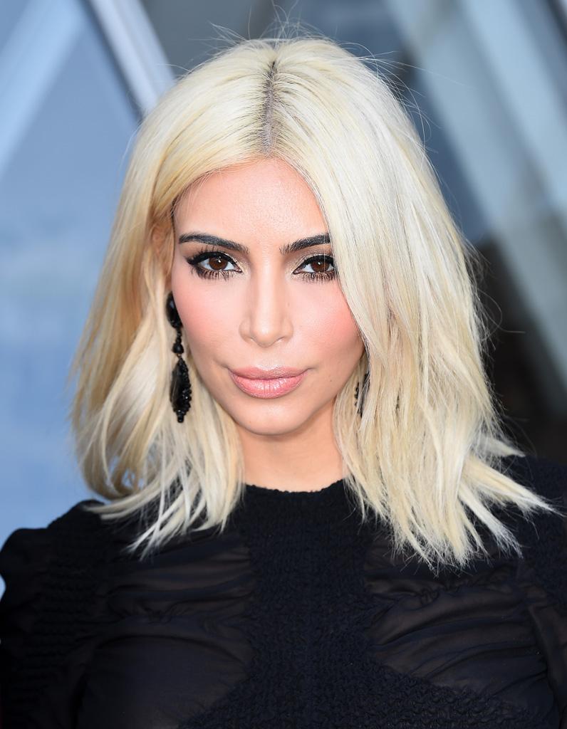 kim kardashian blonde platine avec un carr long en mars 2015 kim kardashian toutes ses. Black Bedroom Furniture Sets. Home Design Ideas