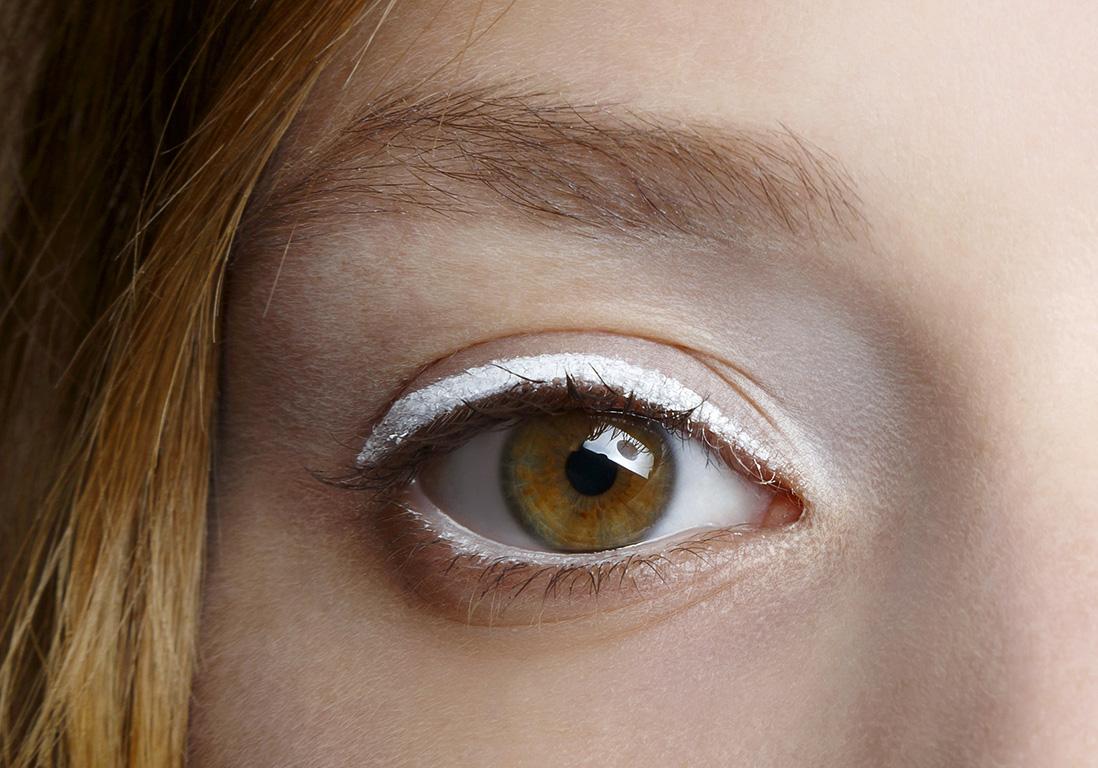 Eyeliner blanc simple - Eye-liner blanc : 10 façons de ...