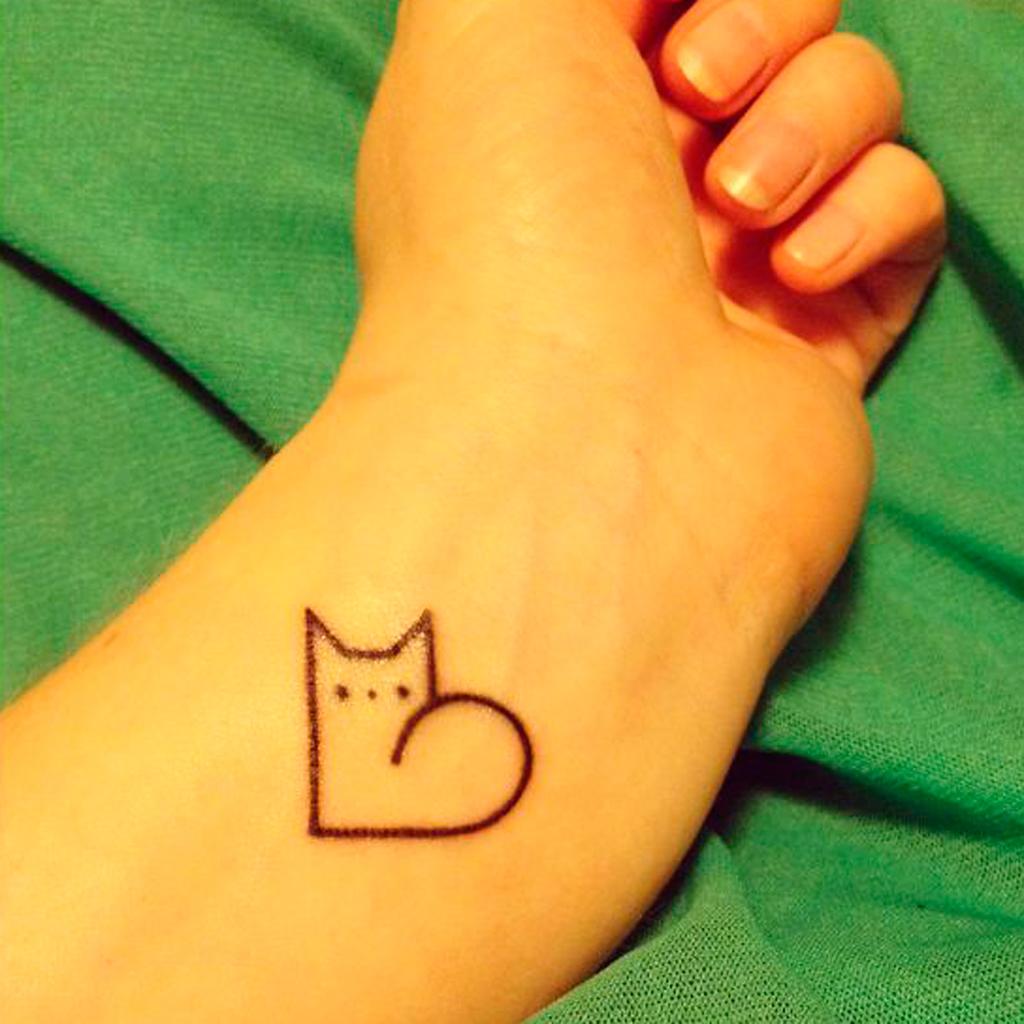 Tatouage chat minimaliste tatouage chat les 20 plus jolies inspirations pinterest elle - Tatouage chat noir ...