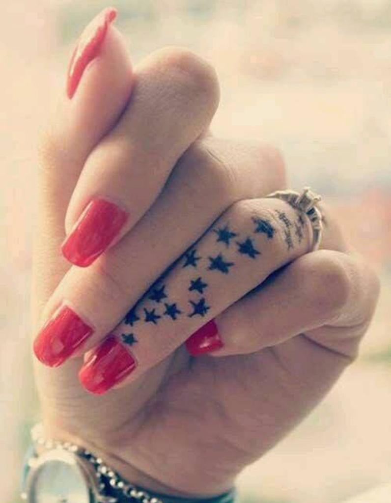 tatouage doigt etoiles des tatouages jusqu au bout des doigts elle. Black Bedroom Furniture Sets. Home Design Ideas