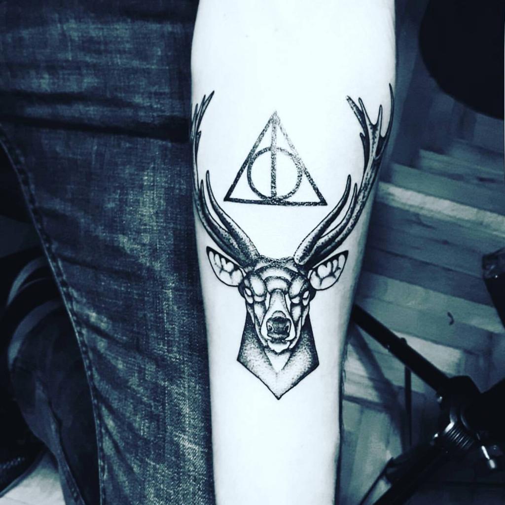 tatouage harry potter symbolique 20 tatouages pour celles qui ont harry potter dans la peau elle. Black Bedroom Furniture Sets. Home Design Ideas