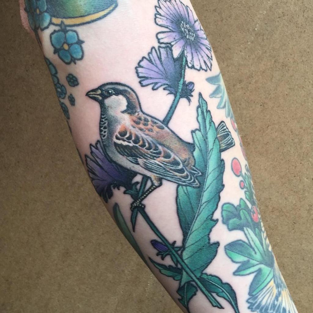 tatouage femme cheville fleur et oiseau