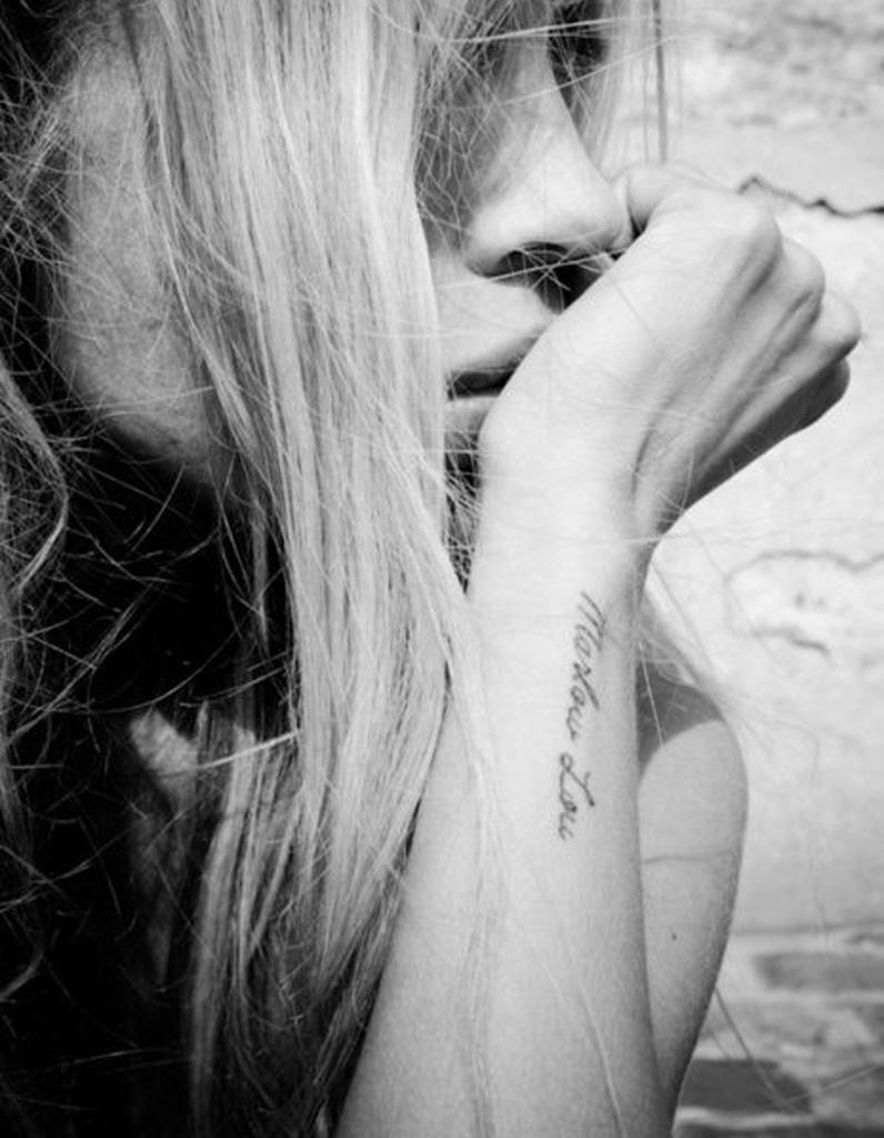 tatouage phrase sur l 39 avant bras 30 jolis messages se faire tatouer elle. Black Bedroom Furniture Sets. Home Design Ideas