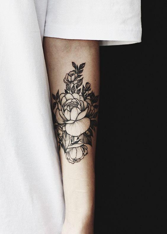tatouage pivoine sur le bras 15 id es de tatouages pivoine pour avoir sa fleur pr f r e dans. Black Bedroom Furniture Sets. Home Design Ideas