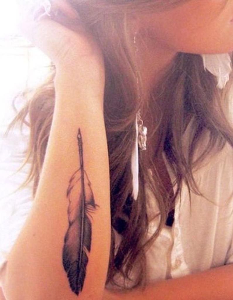tatouage plume r aliste tatouage plume la l geret dans la peau elle. Black Bedroom Furniture Sets. Home Design Ideas