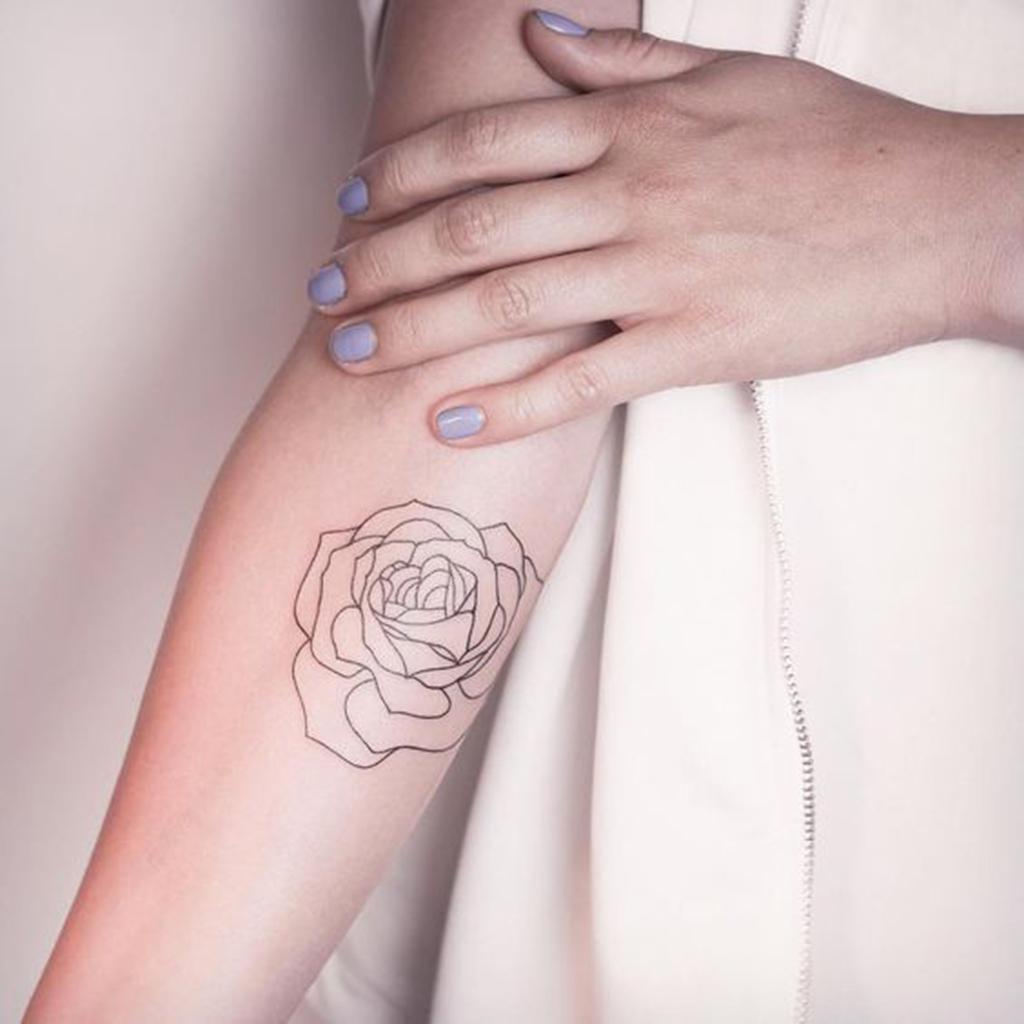 tatouage rose bras femme ces tatouages de rose qui ne. Black Bedroom Furniture Sets. Home Design Ideas