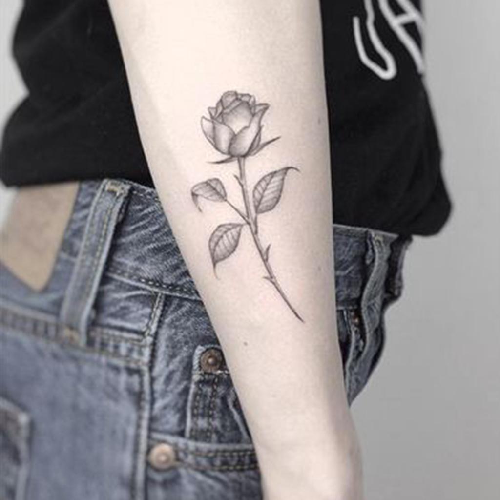 Tatouage rose c t ces tatouages de rose qui ne faneront jamais elle - Rose rouge tatouage ...