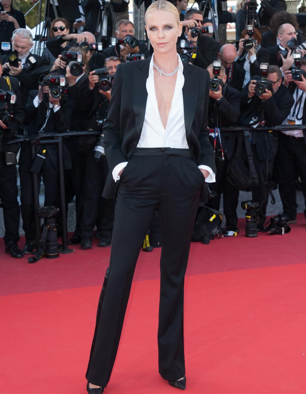 Le look du jour de Cannes : Charlize Theron en smoking ...