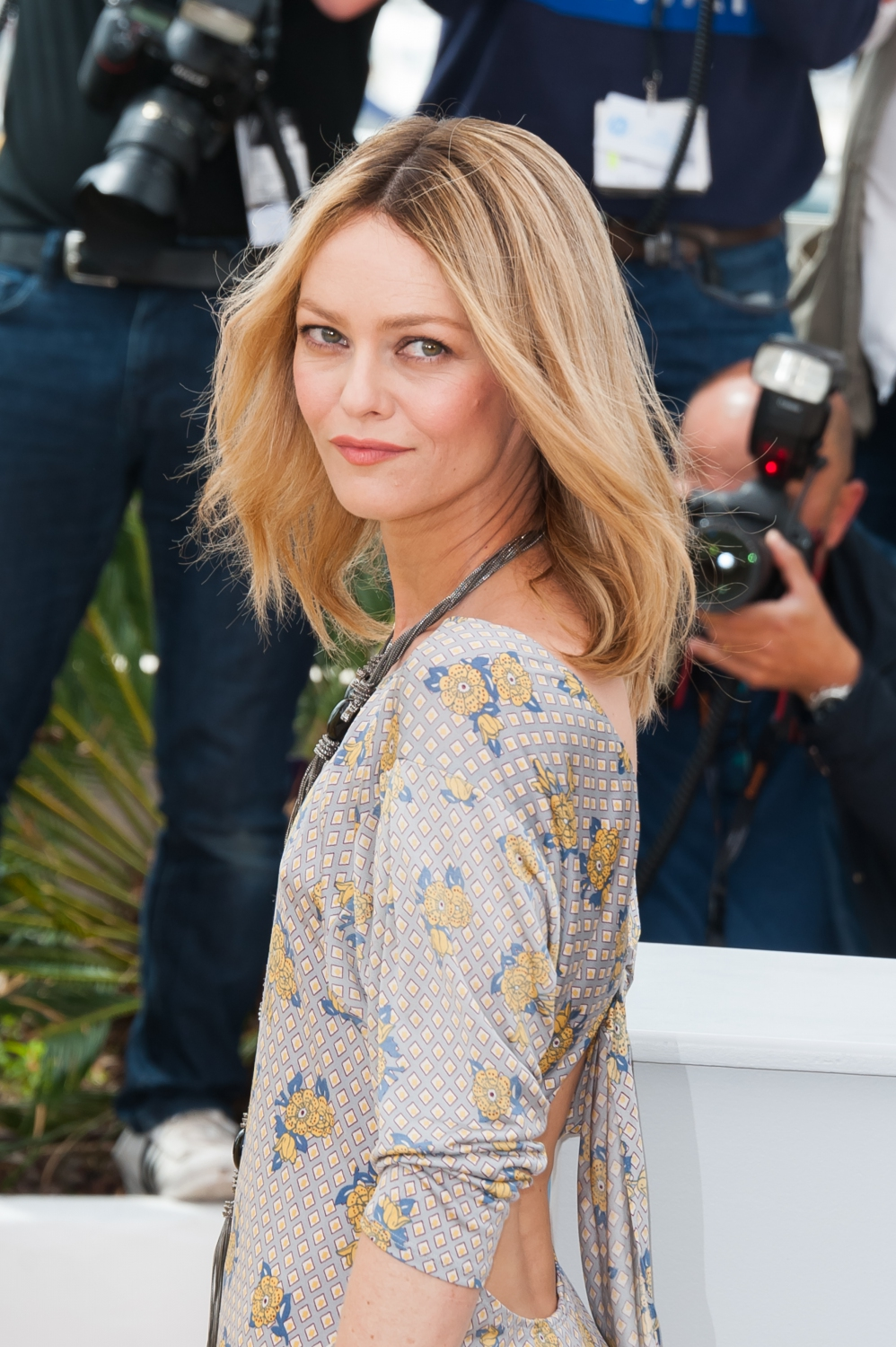 vanessa paradis cannes 2016 vanessa paradis et kirsten dunst rayonnantes lors du photocall. Black Bedroom Furniture Sets. Home Design Ideas