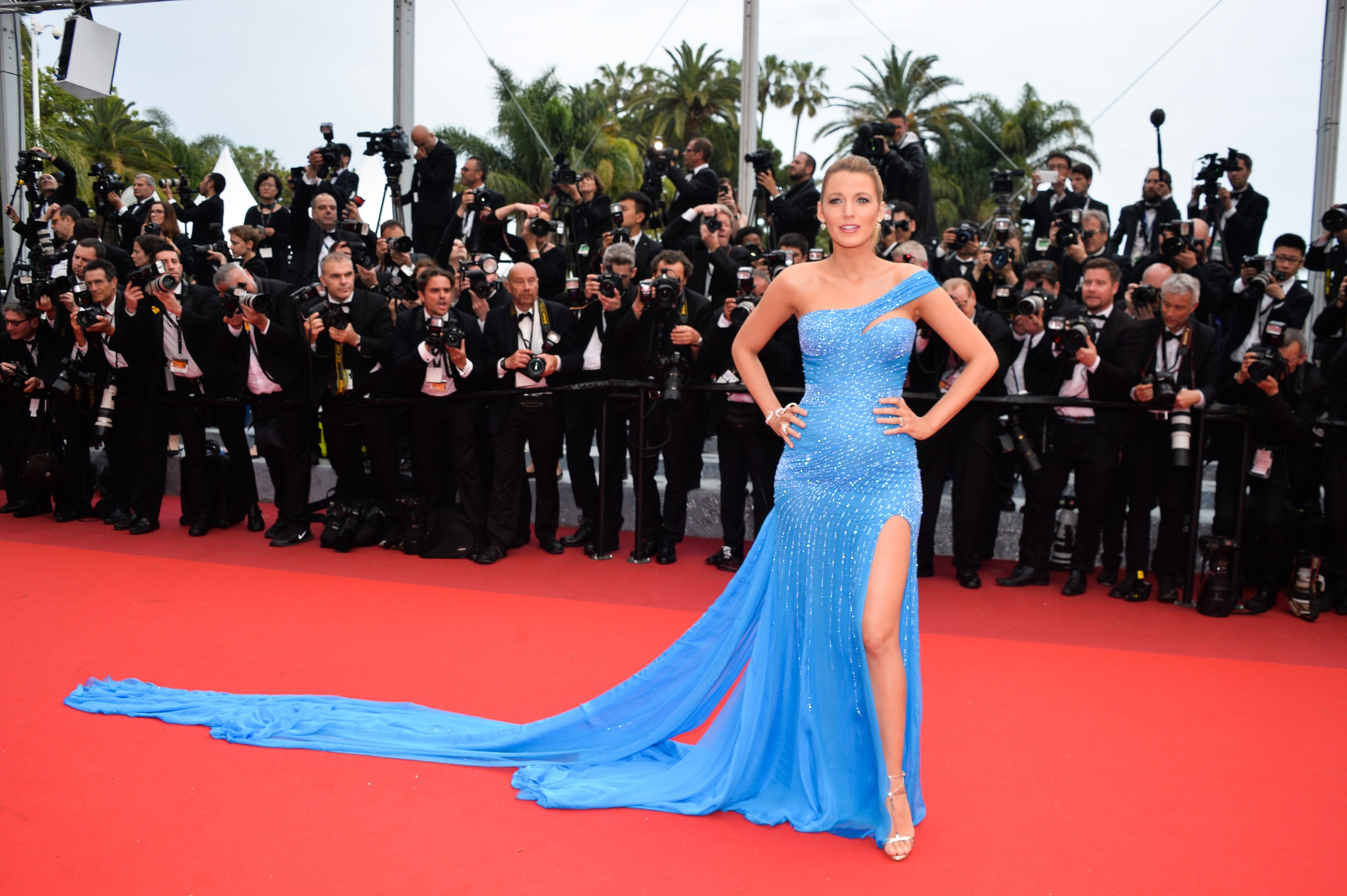 Blake Lively En Atelier Versace Cannes 2016 Blake Lively Affiche Sa Grossesse Sur Le Tapis