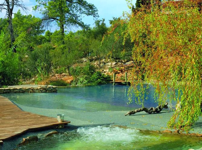 Les piscines naturelles retour aux sources elle d coration for Construire piscine naturelle