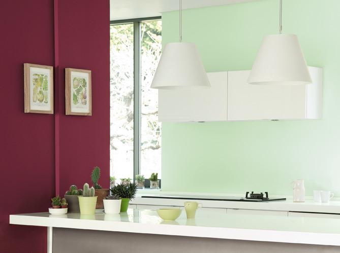 Peinture de la couleur sur les murs elle d coration - Conseils peinture chambre deux couleurs ...