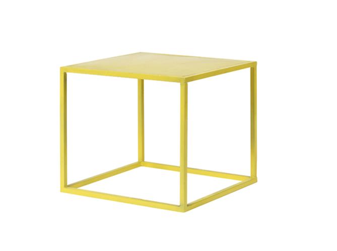 Cet t les meubles color s s invitent au jardin elle for Table exterieur jaune