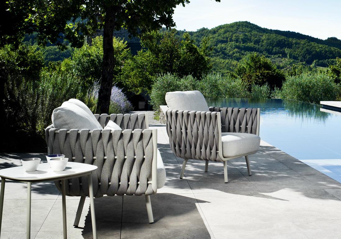 idee deco piscine une terrasse avec piscine dote de mobilier design with idee deco piscine. Black Bedroom Furniture Sets. Home Design Ideas