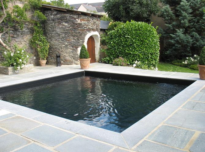 Une piscine pour tous les styles elle d coration for Piscine miroir carre bleu