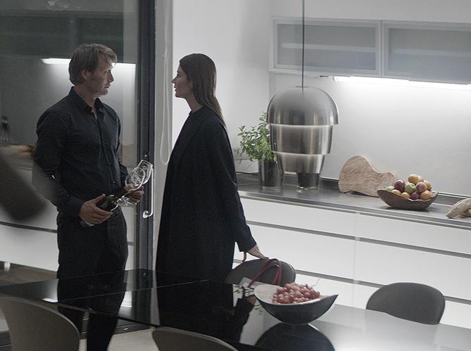 boconcept fait quipe avec mads mikkelsen pour un spot 100 danois elle d coration. Black Bedroom Furniture Sets. Home Design Ideas
