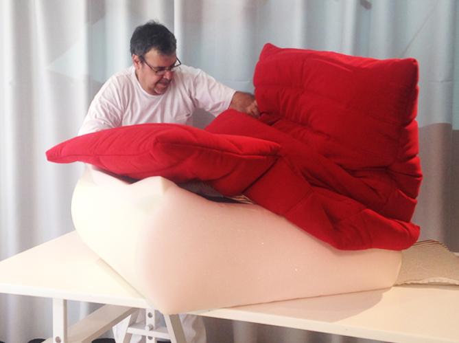 Le mythique fauteuil togo fabriqu en moins de 15 minutes elle d coration - Housse canape togo ligne roset ...