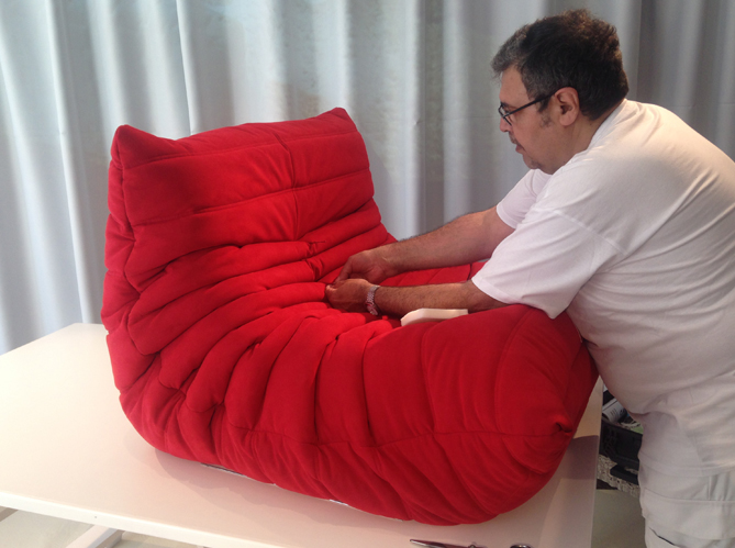 Le mythique fauteuil togo fabriqu en moins de 15 minutes elle d coration - Fauteuil ligne roset togo ...