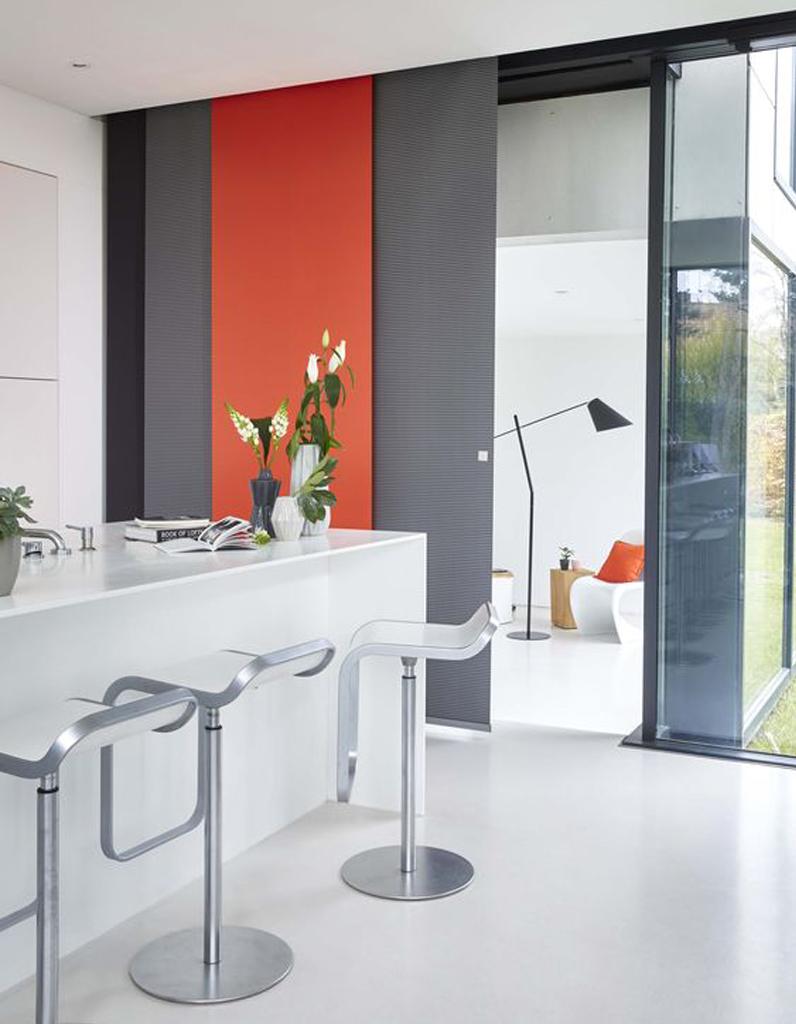 des panneaux japonais graphiques noir et tangerine pour booster l ouverture entre la cuisine et. Black Bedroom Furniture Sets. Home Design Ideas