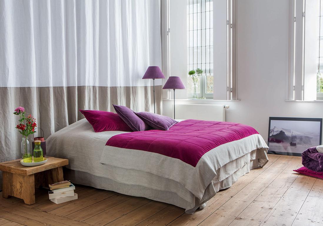 des rideaux derri re le lit pour s parer habilement la chambre d une autre pi ce inspiration. Black Bedroom Furniture Sets. Home Design Ideas