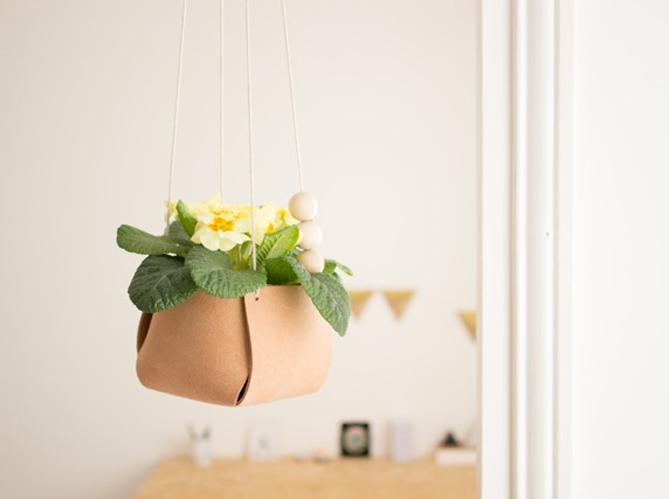 diy cr ez un cache pot suspendu en cuir elle d coration. Black Bedroom Furniture Sets. Home Design Ideas