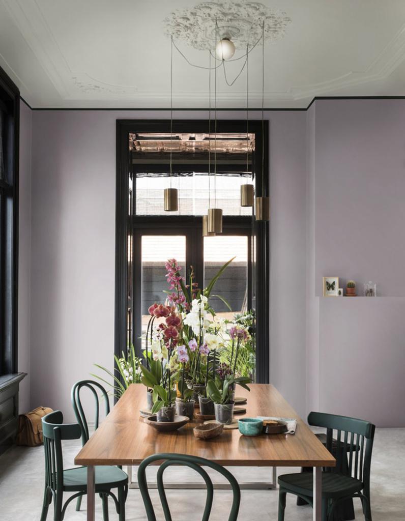 Un plafond gris pour apporter du style sans touffer la - Peindre un plafond en couleur ...