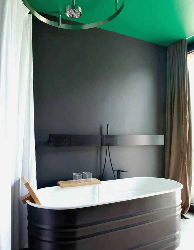 un plafond vert et des murs noirs pour une pi ce toute en contraste un plafond en couleur pour. Black Bedroom Furniture Sets. Home Design Ideas