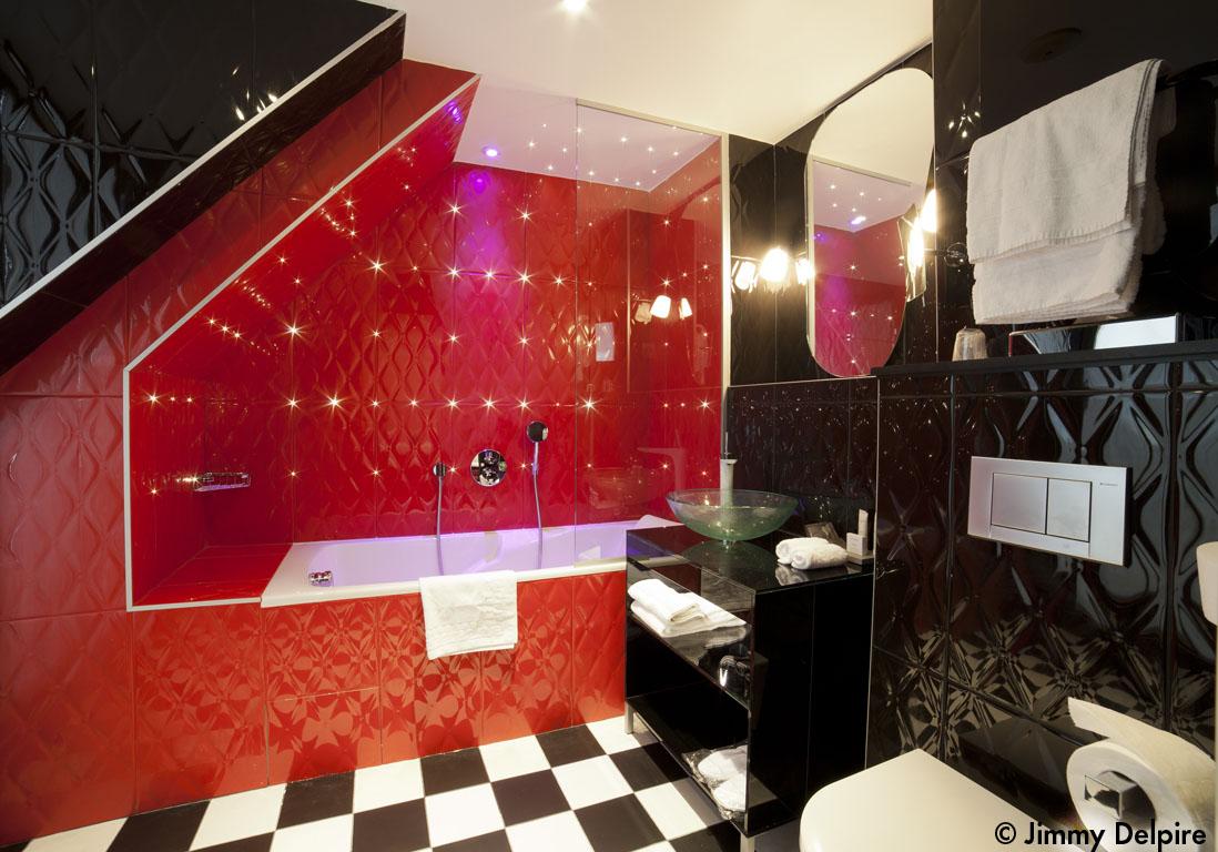 Marilyn fait son cin ma au platine h tel elle d coration for Salle bain rouge