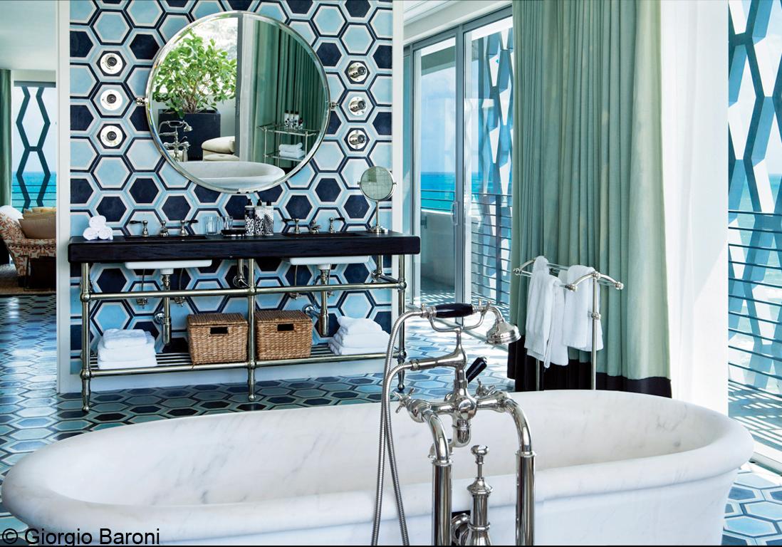 Visite de l h tel soho beach house miami elle d coration for Hotel salle de bain ouverte