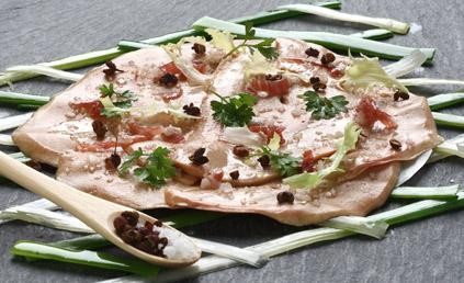 eminc de foie gras de canard sur tress de poireaux pour 4 personnes recettes elle table. Black Bedroom Furniture Sets. Home Design Ideas