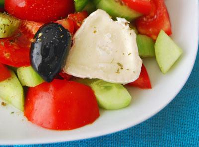 salade grecque la coriandre pour 4 personnes recettes elle table. Black Bedroom Furniture Sets. Home Design Ideas
