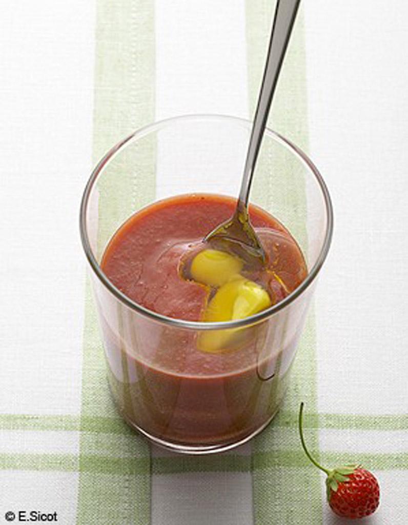 gaspacho de fraises gla on olive 25 recettes de soupes. Black Bedroom Furniture Sets. Home Design Ideas