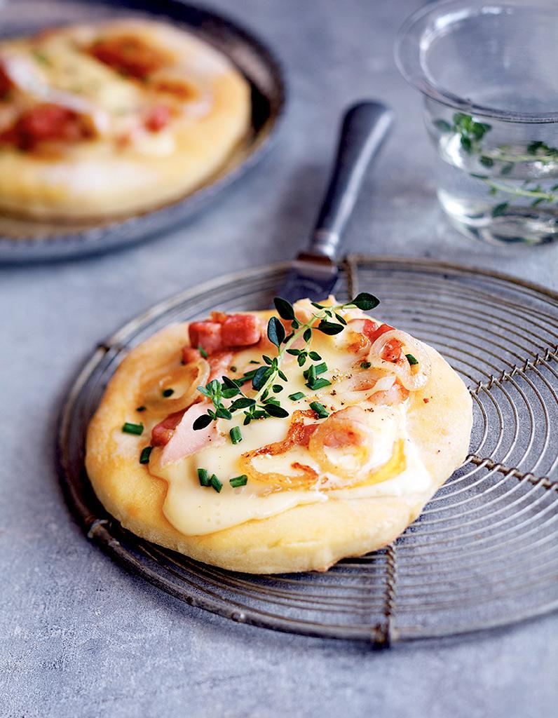 Mini pizza au mont d or 32 recettes de fromage fondu - Mont d or au four ...