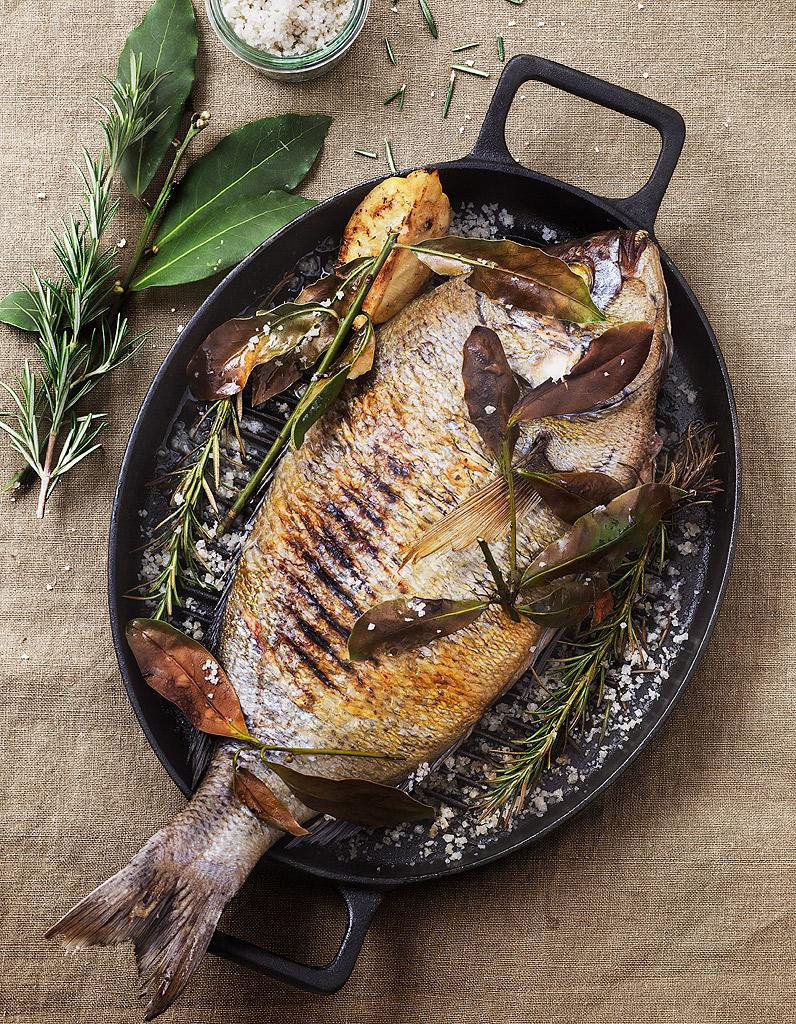 Daurade grill e thym et laurier pour 2 personnes recettes elle table - Recettes de cuisine telematin ...