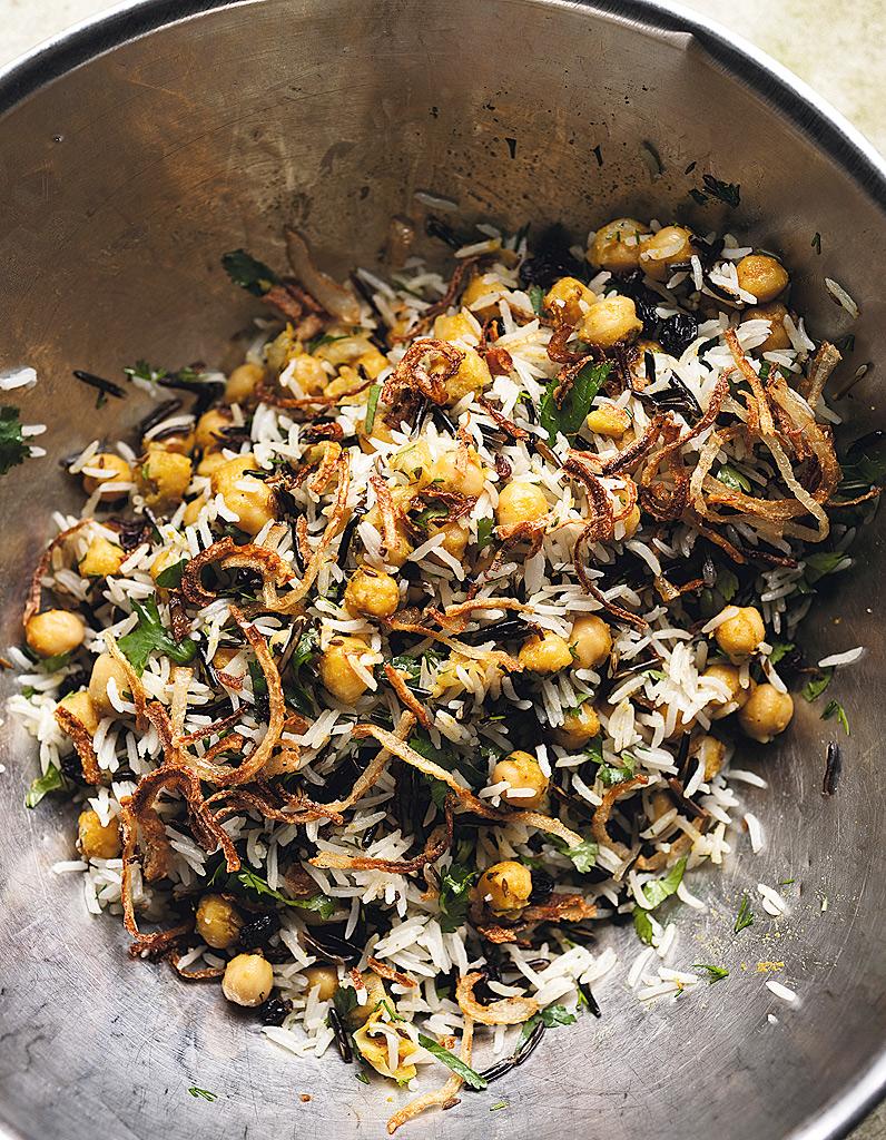 riz basmati et riz sauvage aux pois chiches raisins secs et herbes pour 6 personnes recettes. Black Bedroom Furniture Sets. Home Design Ideas