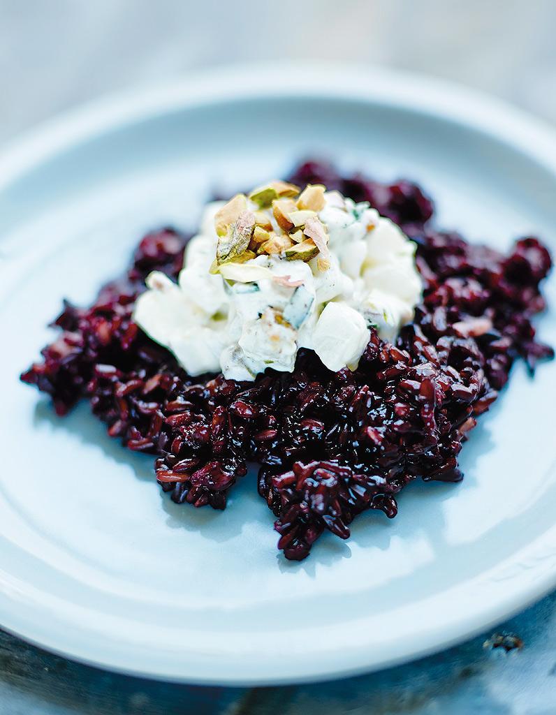 riz noir aux navets et aux pistaches pour 4 personnes recettes elle table. Black Bedroom Furniture Sets. Home Design Ideas