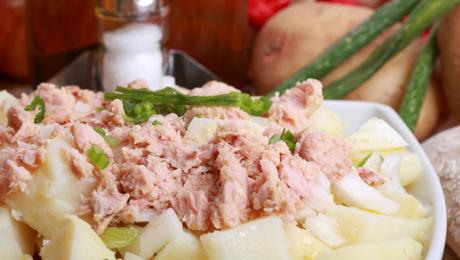 salade de pommes de terre au thon et l 39 chalote pour 4 personnes recettes elle table. Black Bedroom Furniture Sets. Home Design Ideas