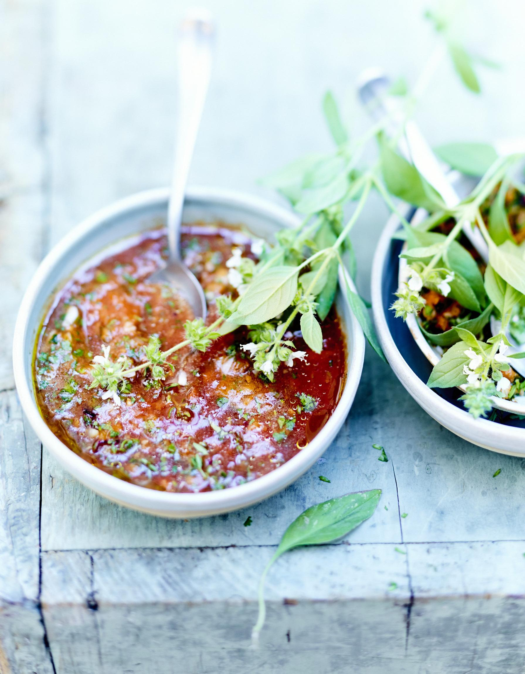 soupe la tomate pesto rosso pour 6 personnes recettes elle table. Black Bedroom Furniture Sets. Home Design Ideas