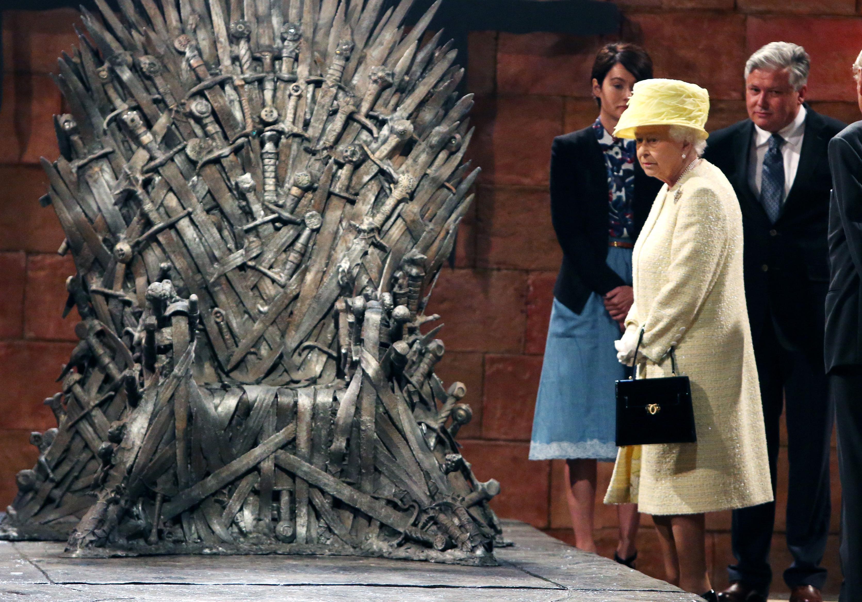game of thrones toutes les photos d elizabeth ii sur le tr ne de fer elle. Black Bedroom Furniture Sets. Home Design Ideas