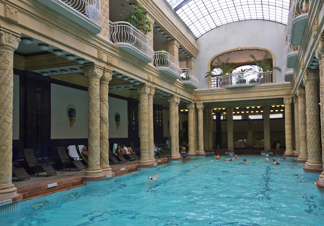 Une piscine art d co piscines paris notre guide des for Piscine hotel paris